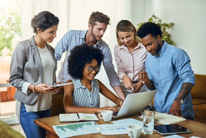 A gestão à vista envolve gerenciar uma empresa ou um setor com o apoio de diversas informações relevantes. Esses dados indicam o andamento das atividades