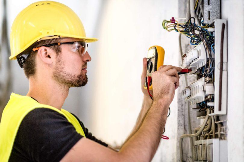 A manutenção elétrica industrial constitui uma parte essencial do funcionamento de uma organização e gerenciando o abastecimento de eletricidade.